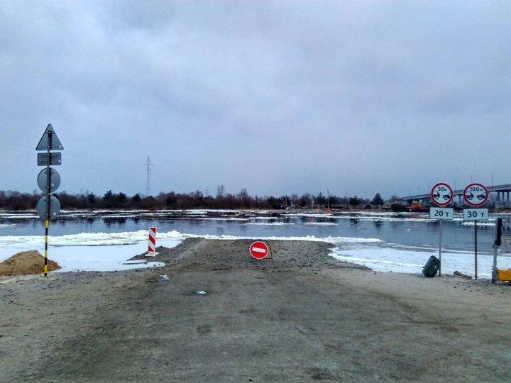 В Житковичском районе унесло течением понтонный мост, который построили вместо треснувшего