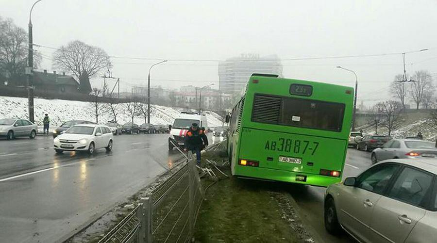 В Минске рейсовый автобус въехал в ограждение из-за того, что у водителя случился сердечный приступ