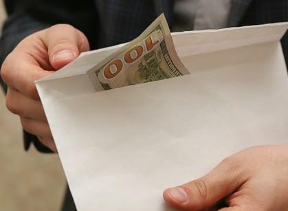 За взятку в 70 тысяч долларов задержан главный инженер МЗКТ (видео)