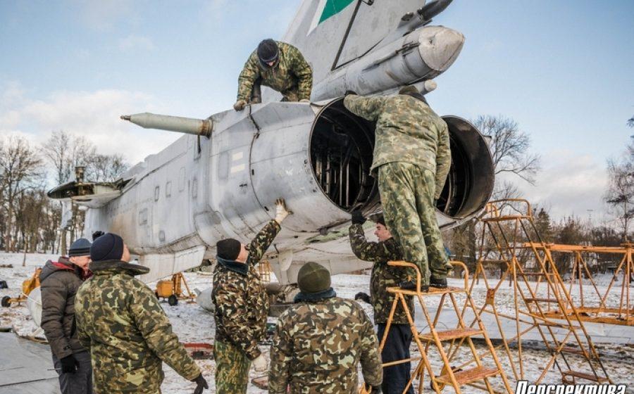 В Скидель из Барановичей перевезли фронтовой бомбардировщик Су-24М (фото)