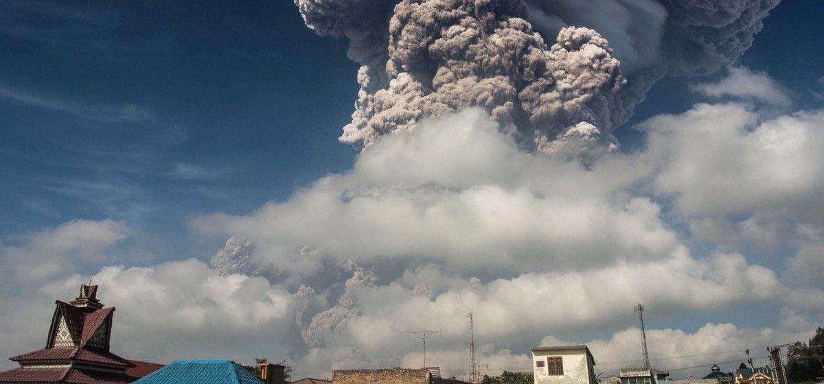 Извержение вулкана в Индонезии: столб пепла поднялся на семь километров (фото/видео)
