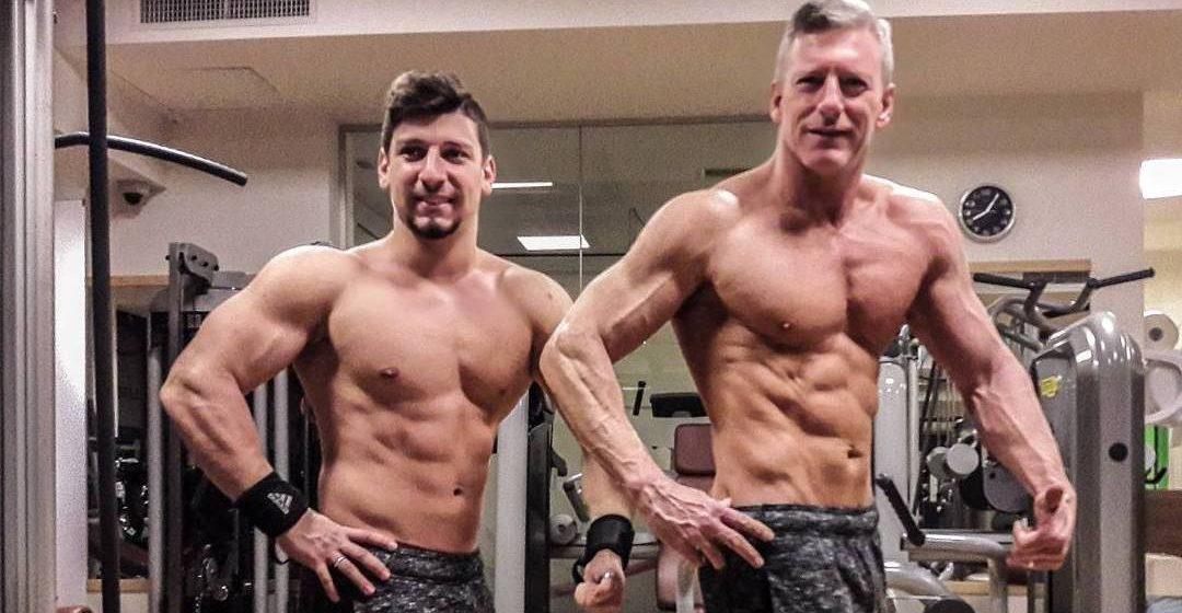 Отец посмотрел на мускулистого сына и пошел в спортзал. Теперь они выглядят, как братья
