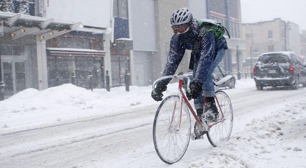 Белорусам предлагают 9 февраля поехать на работу на велосипеде. Кому это нужно и как кататься зимой