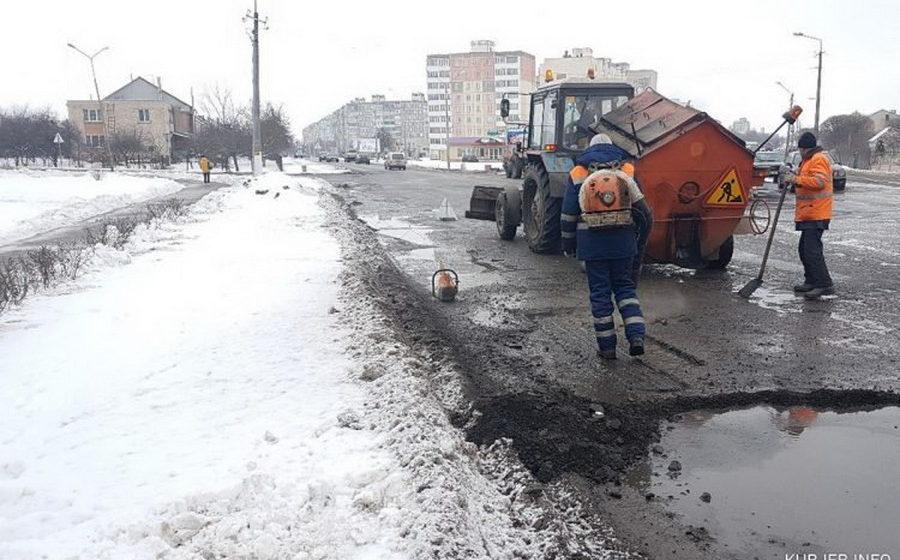 Фотофакт. В Слуцке перед приездом Лукашенко асфальт клали прямо в лужу