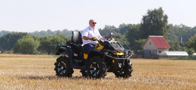 Лукашенко потребовал жестко наказывать «крутяков» на квадроциклах за езду по сельхозугодьям и разобраться с ДТП с участием милиционеров