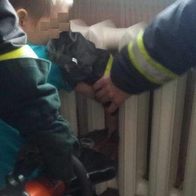 В Мозыре спасатели помогли освободить руку 8-летнего мальчика, которая застряла в батарее (фото)