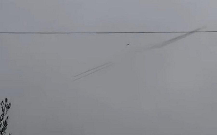 В сети появилось видео, на котором видно, как российский Су-25 выпускает ракеты перед тем, как его сбили