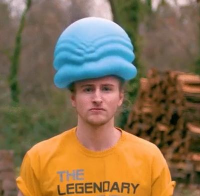 В сети набирает популярность видео падения шара с водой на голову в замедленной съемке