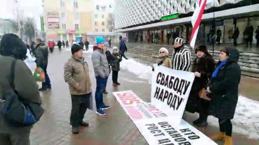 Григорий Грык провел в центре Барановичей предвыборный пикет в тюремной робе (видео)