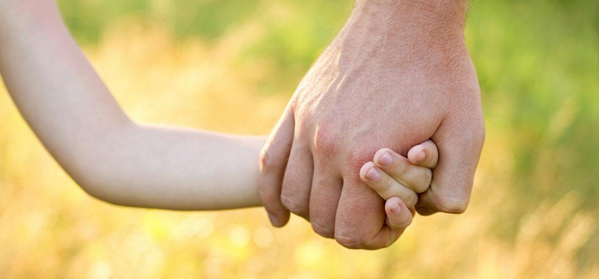 В Беларуси разрешили ВИЧ-позитивным усыновлять детей