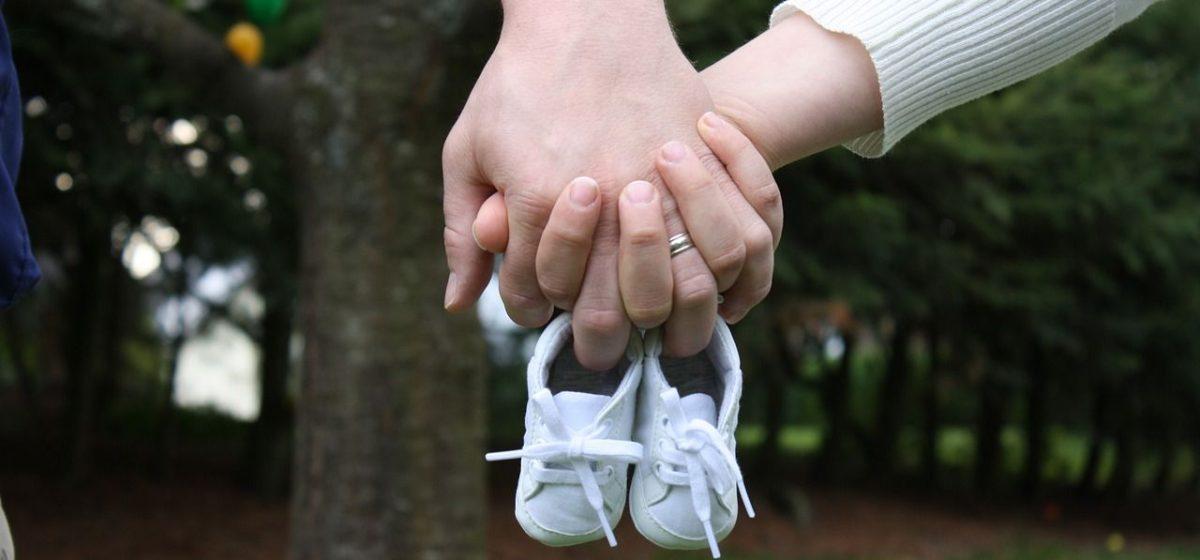 В январе в Барановичах меньше родилось детей и семей
