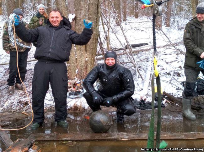 Фотофакт: в Брестской области со дна озера подняли военное снаряжение ВКЛ