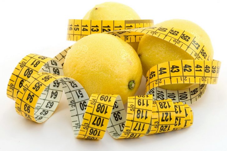 Диетологи объяснили, почему тучным людям нужно есть лимоны
