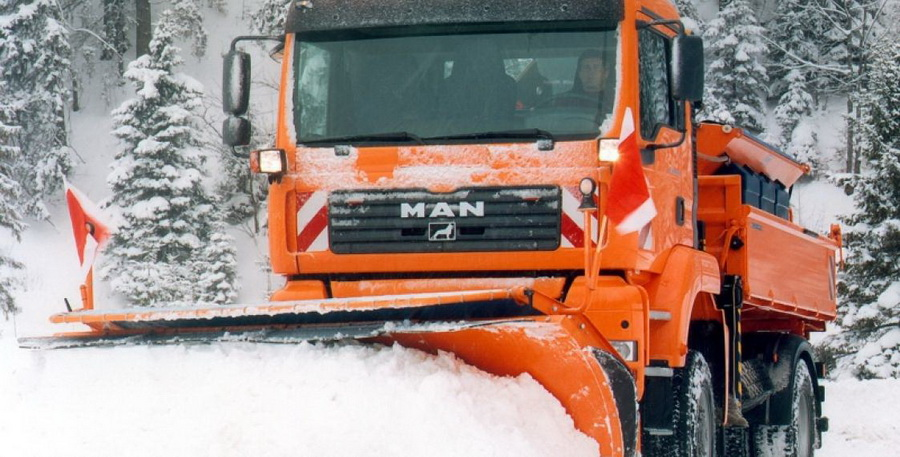 В Белыничах снегоуборочный грузовик придавил двоих рабочих к стене гаража