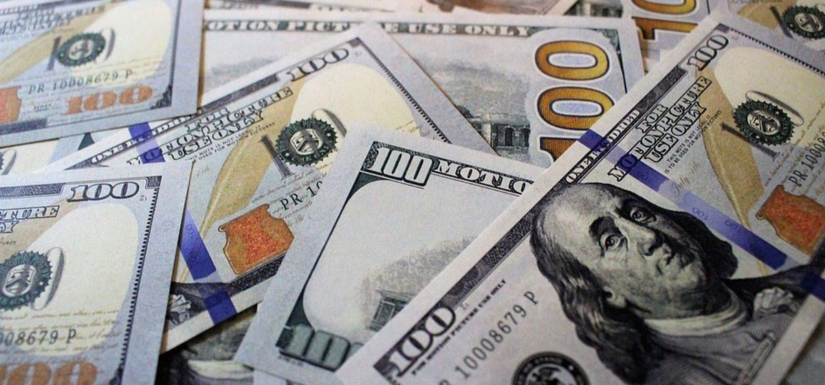 В Барановичах женщина нашла на улице 100 долларов и понесла их менять в банк