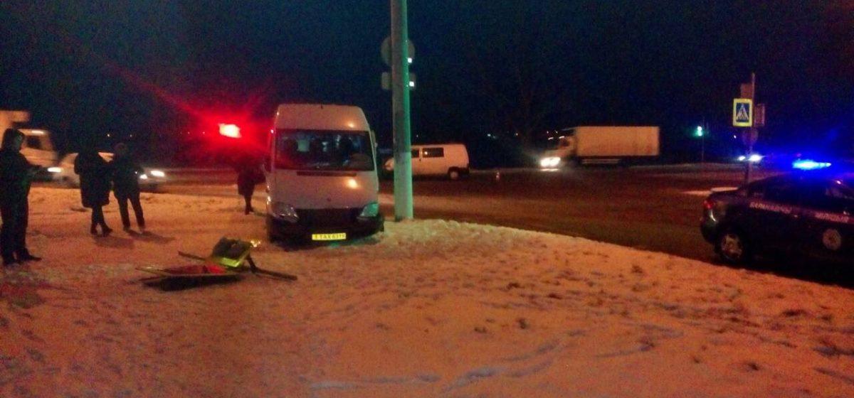 В Барановичах междугородная маршрутка столкнулась с другим микроавтобусом. Пострадала пассажирка маршрутки