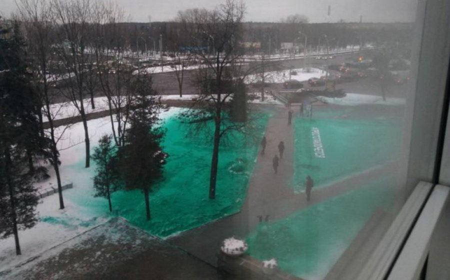 Фотофакт. В Минске около одного из корпусов Белорусского государственного экономического университета снег покрасили в зеленый цвет