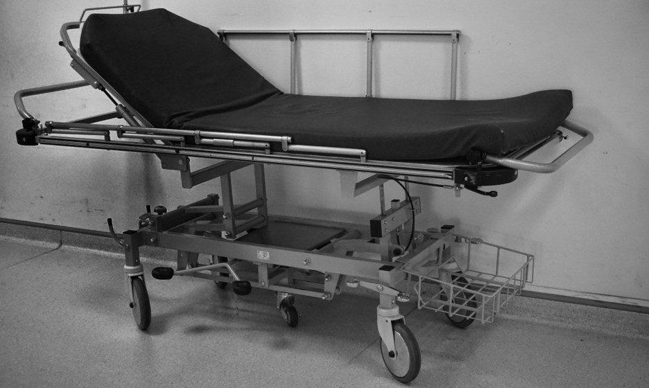 В Минской больнице 27-летний мужчина упал с каталки и умер
