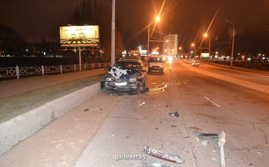 В Бресте пьяный водитель врезался в припаркованный автомобиль и сбил человека