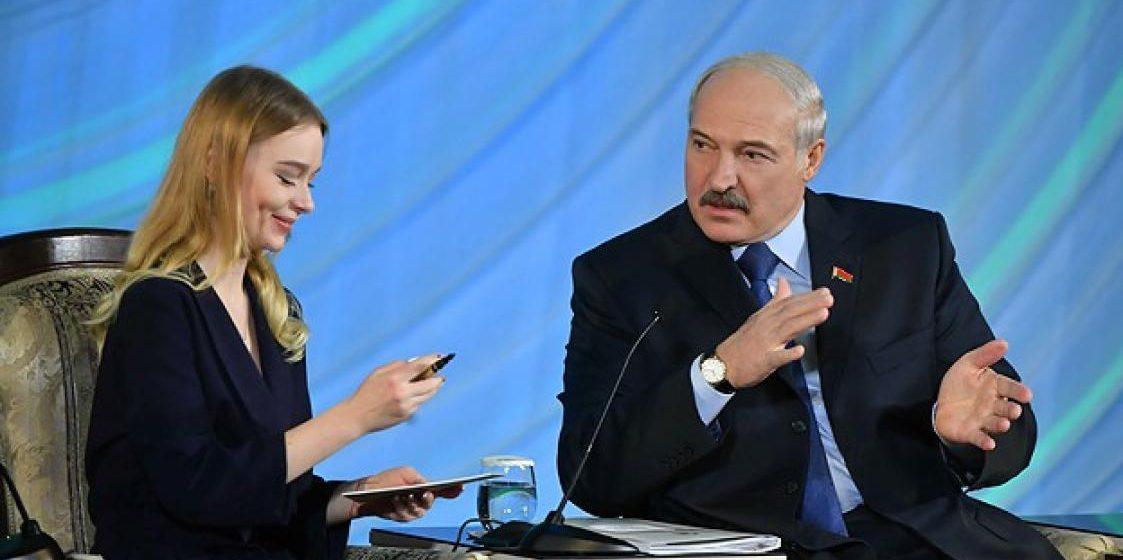 Лукашенко подарил студентке перьевую ручку, которой она испачкалась (фото)