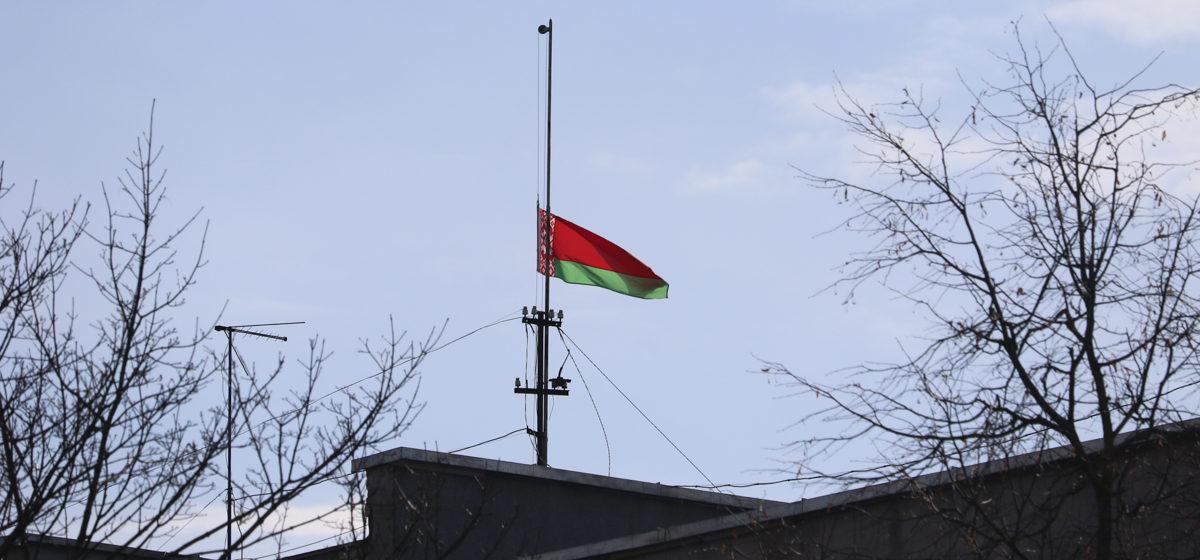 Фотофакт. Приспущенные флаги на зданиях горисполкома и райисполкома в Барановичах