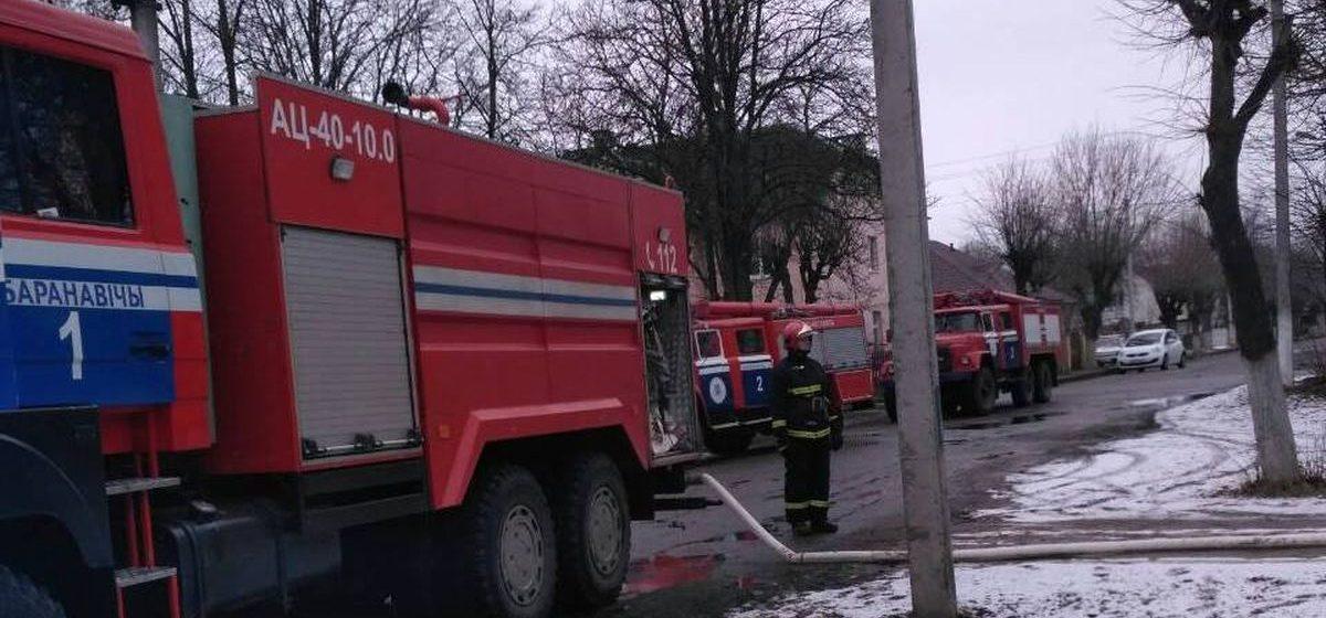 Фотофакт. При пожаре на улице Дзержинского в Барановичах пострадала женщина