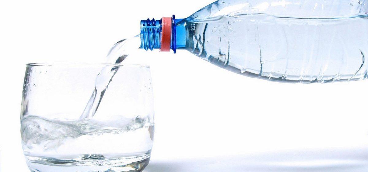 Ученые посчитали, сколько пластика попадает в организм вместе с бутилированной водой