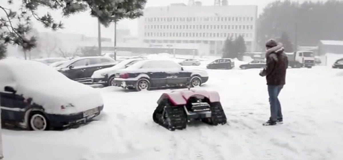 В Беларуси создали робота, который будет чистить улицы и вытаскивать машины из кювета (видео)