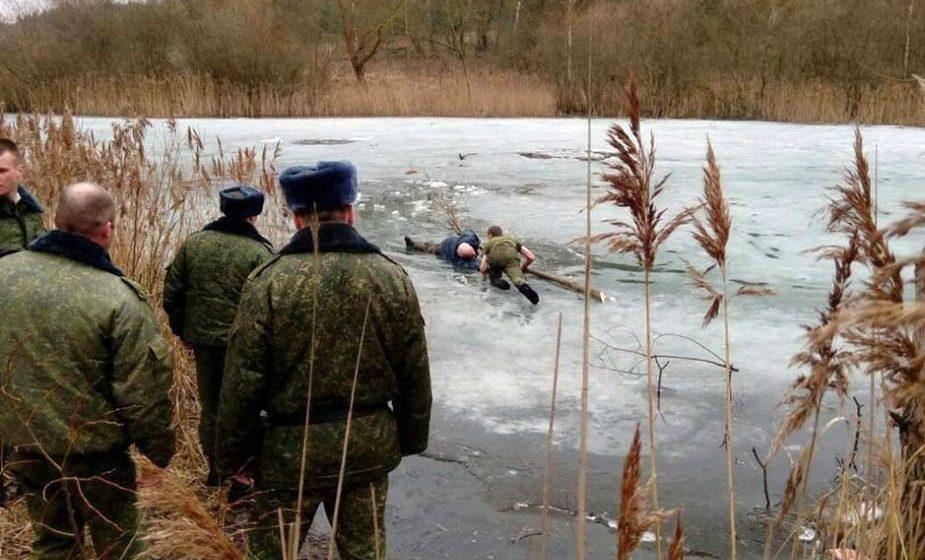 В Слониме офицеры спасли рыбака