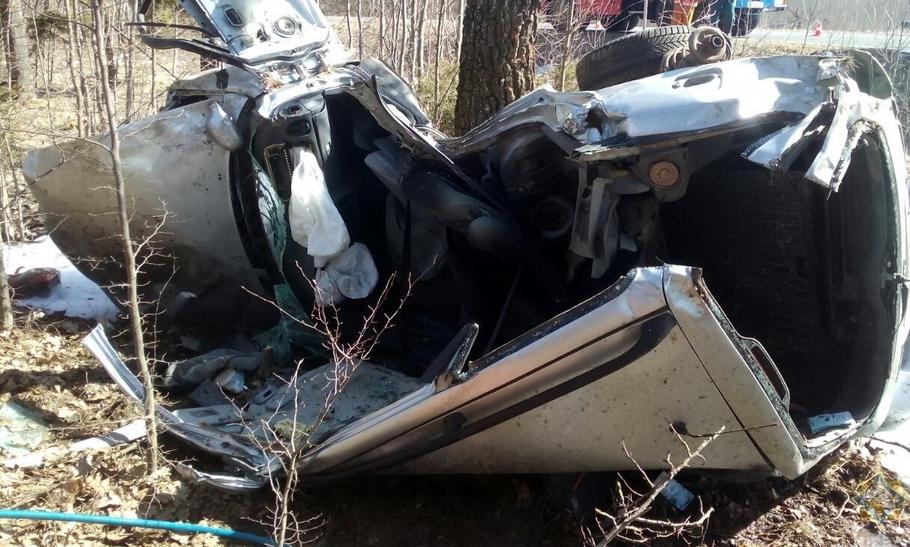 В Узденском районе спасатели вырезали два человека из машины, которая вылетела в кювет и врезалась в дерево