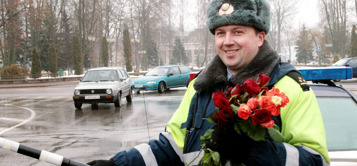 В Барановичах женщинам-водителям сотрудники ГАИ будут дарить цветы