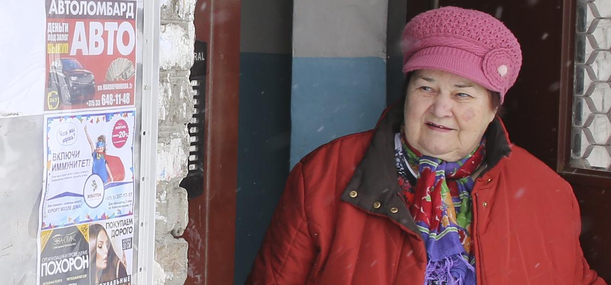 Война с рекламными стендами у подъездов – должно ли учитываться мнение жильцов домов в Барановичах