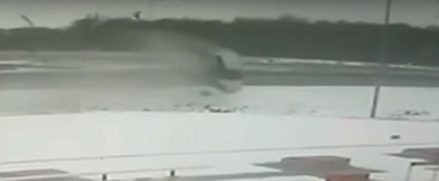 Видеофакт: В Кобринском районе на трассе М-1 автомобиль вылетел с дороги и пролетел около 60 метров в воздухе