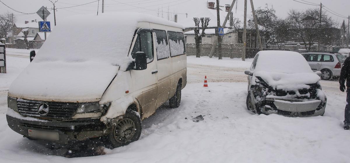 В Барановичах на улице Баранова столкнулись Renault и Mercedes
