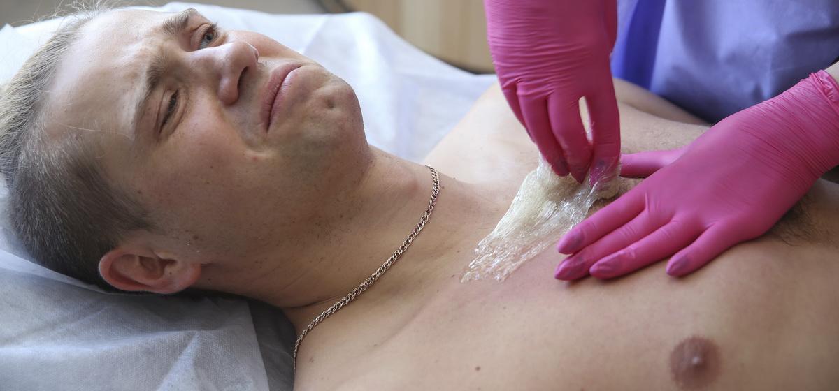 «Это же больно, наверное?» Как Евгений Ананько из солидарности с женщинами тестировал косметологические процедуры*