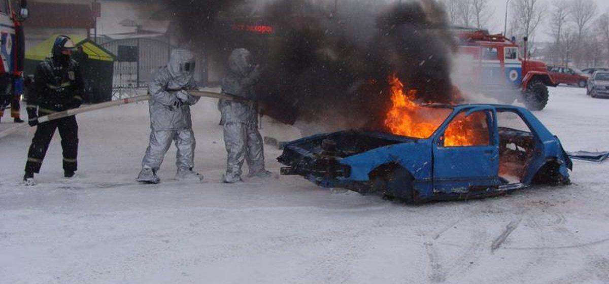 В Ляховичах на глазах у горожан сотрудники МЧС «сожгли» автомобиль