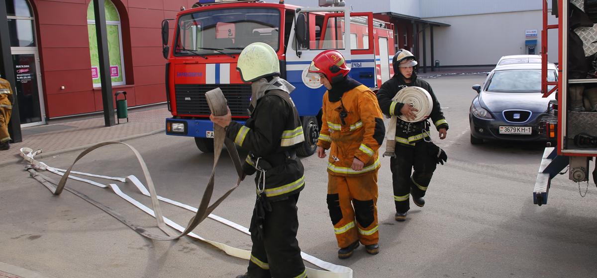Фотофакт: В Барановичах сотрудники МЧС провели тренировочную эвакуацию покупателей в одном из магазинов сети «Белмаркет»