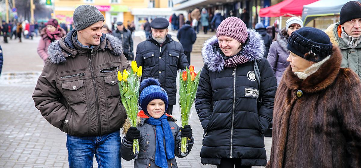 «Мужчины уже не те. Больше 10 рублей за букет отдать не готовы». Как в Барановичах продают цветы к 8 марта