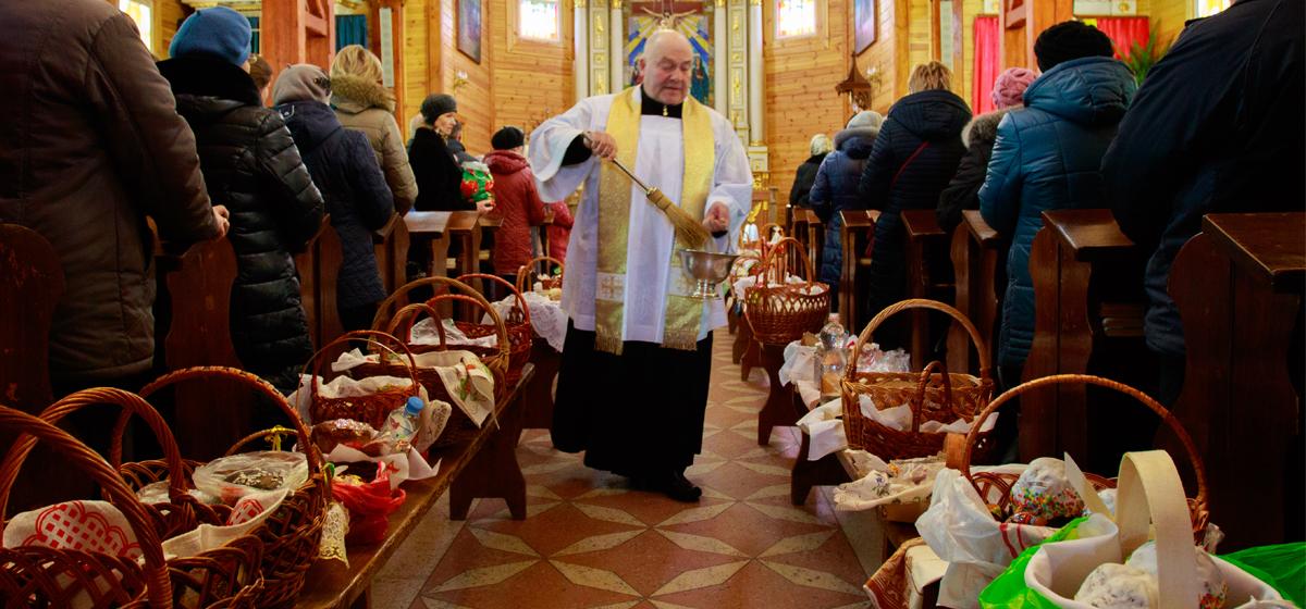 В барановичских костелах проходит освящение пасхальной пищи