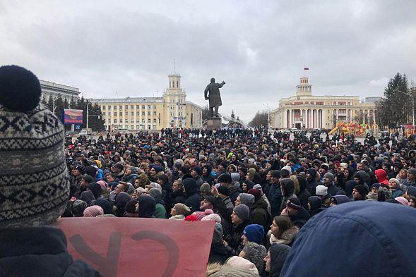 Тысячи людей собрались в центре Кемерова, требуя назвать реальные цифры погибших и отставки властей