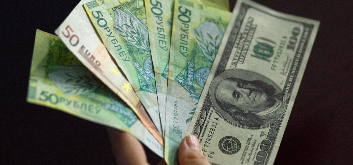 Лукашенко потребовал в течение года обеспечить людей зарплатой более тысячи рублей