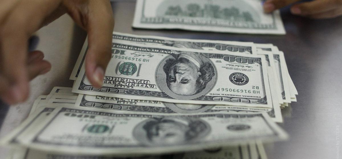 Белорусы в феврале сдали в два раза больше валюты, чем в январе