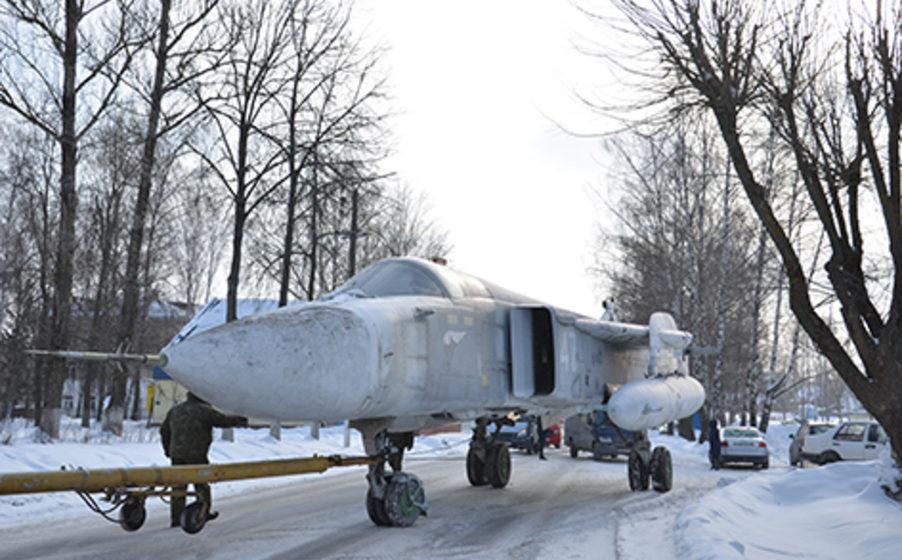 В Быхове установили СУ-24М, привезенный из барановичской военной части