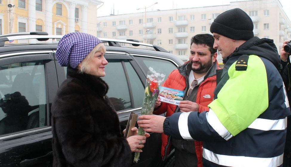 В Барановичах женщинам-водителям сотрудники ГАИ дарили подарки и цветы