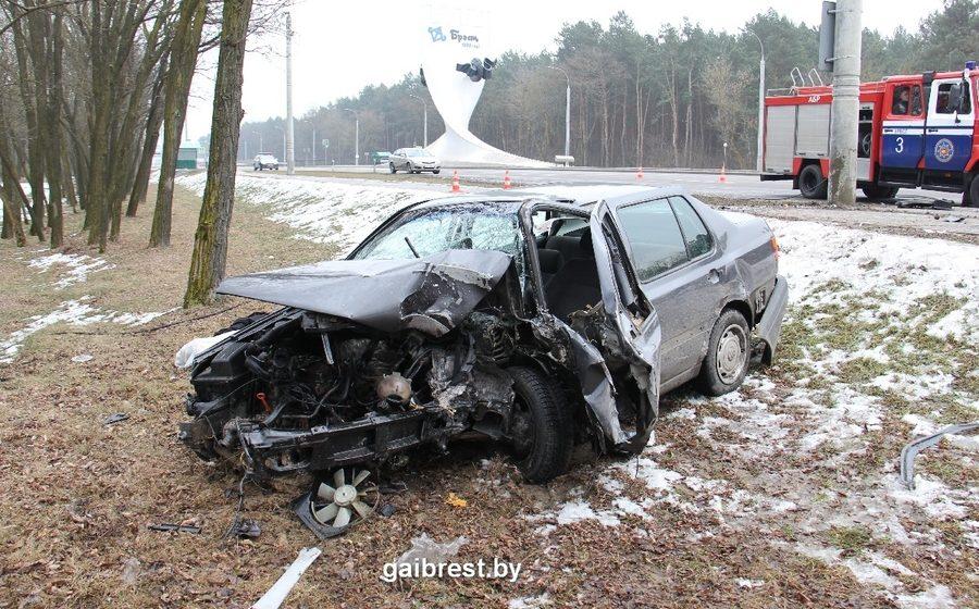 В Бресте «Фольксваген» врезался в столб – погиб водитель