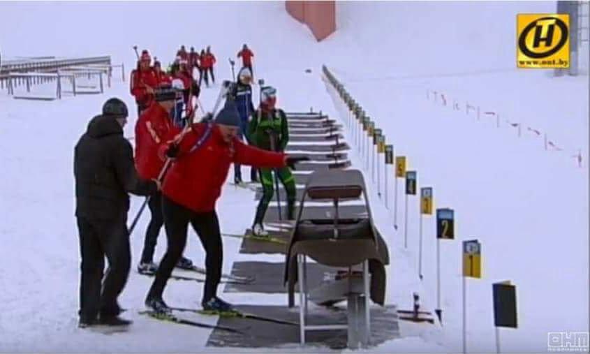 Во время биатлона Александр Лукашенко стрелял не из положения лежа, как спортсмены, а со специальной подставки