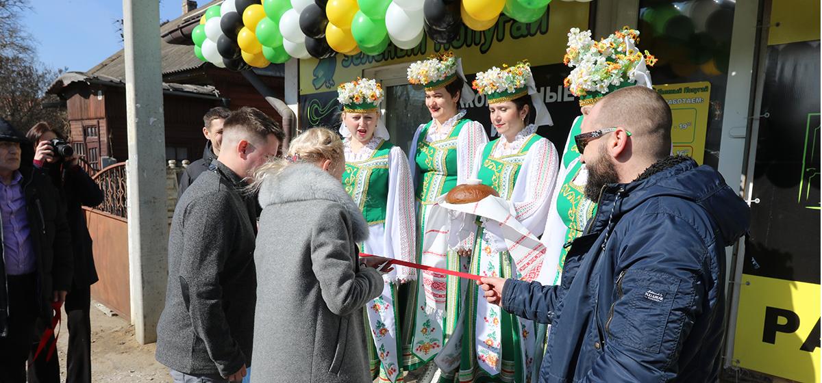 В Барановичах открылся обновленный салон дверей «Зелёный попугай»*