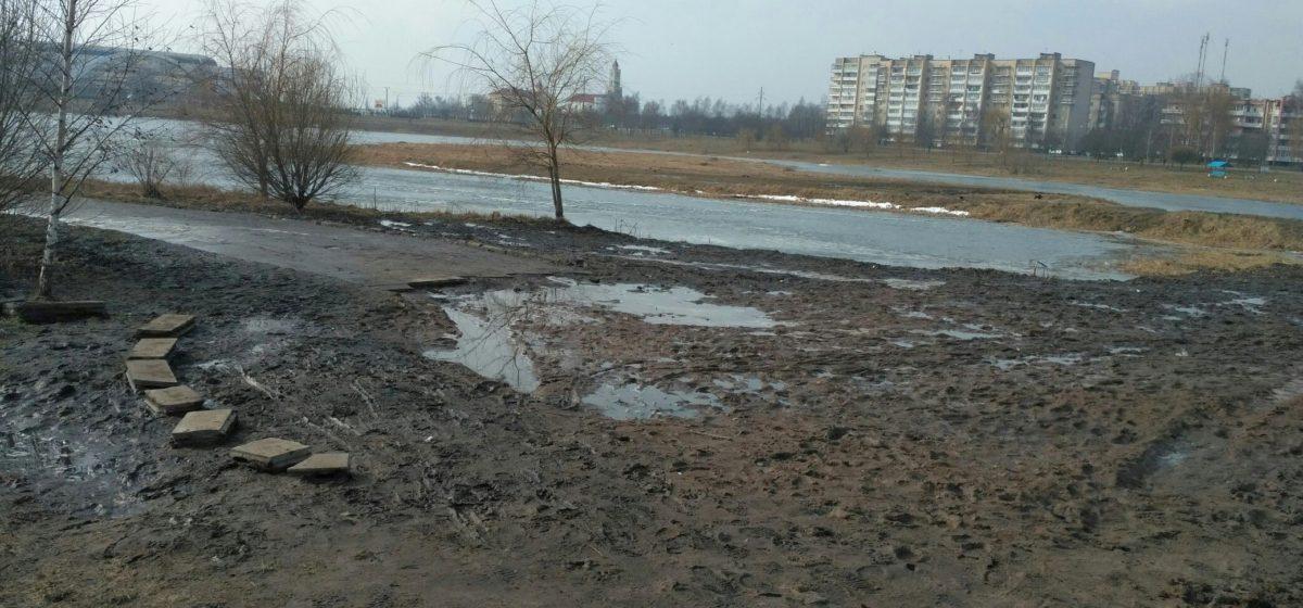 Фотофакт. Размытые и подтопленные дороги и тротуары в Барановичах