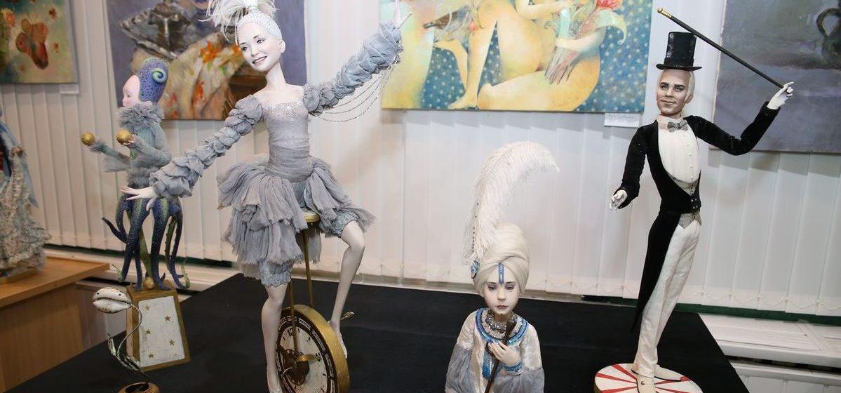 Фоторепортаж. В Барановичах открылась выставка авторских кукол «Панна Doll'я»