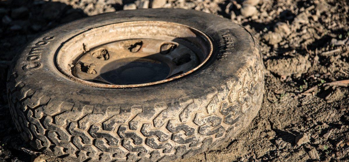 В Новогрудском районе при ремонте погрузчика выстрелило колесо, погиб 53-летний механизатор
